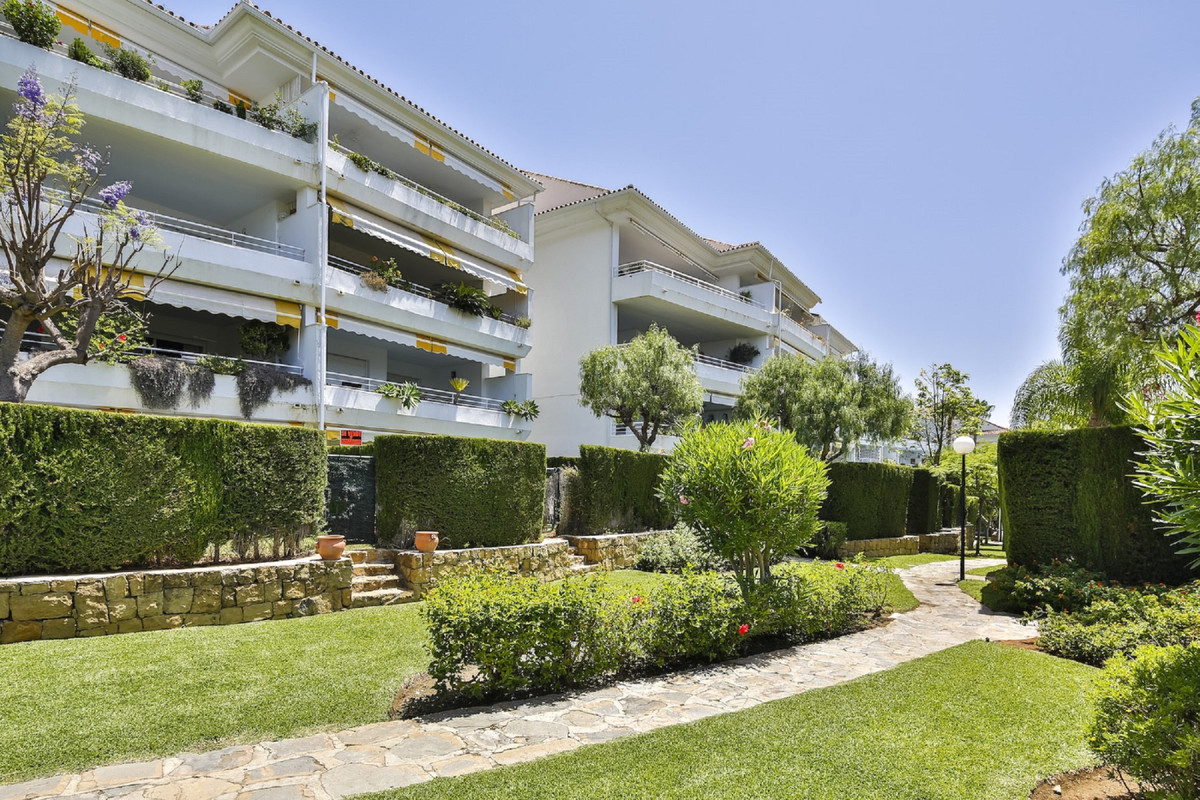 Excellent Guadalmina Baja 3 bedroom duplex penthouse available.. A superb opportunity for an investo, Spain