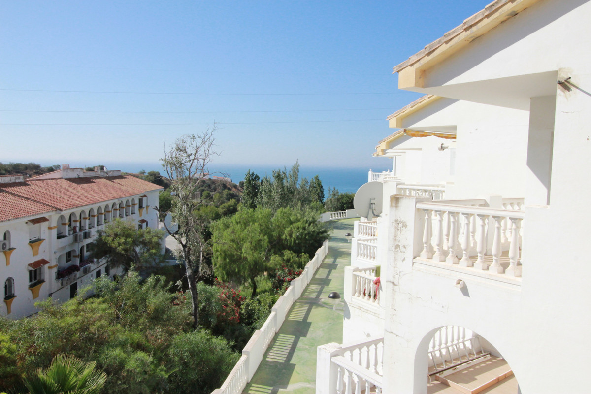 This spacious  town house has amazing panoramic views and it´s located in an exclusive area of Benal,Spain