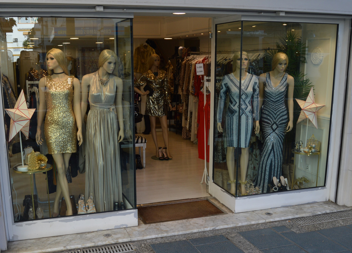 Wonderful luxury store on three levels, located in the commercial heart of Marbella. Very rare! The , Spain