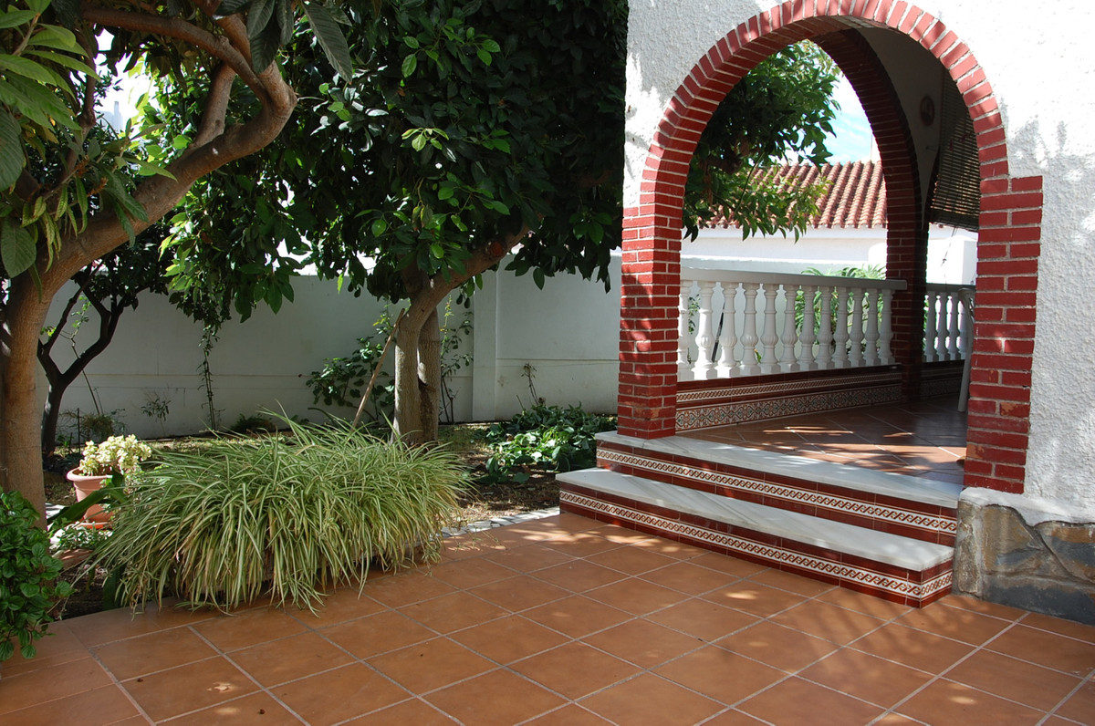Beautiful 283 sq.mts. built villa in the center of Arroyo de la Miel that comprises two floors. On t, Spain