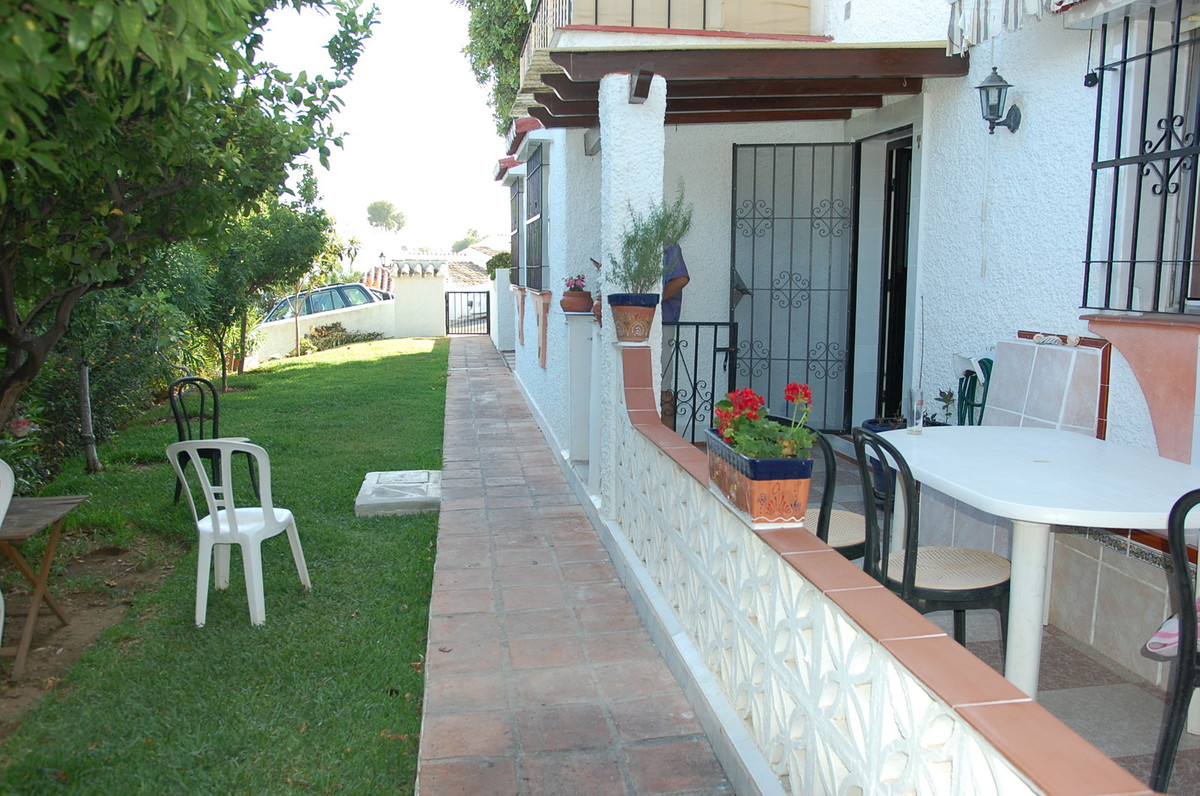 This wonderful townhouse with120 sq.mts. with a private garden and a very large communal one next to the pool, is located in the Torremar area. Just entering the house from a front terrace we find a large living room with fireplace on the right hand side while on the left we see one American fitted kitchen. If we continue to the left there we have 3 bedrooms with fitted wardrobes and 2 bathrooms, but if we pass between the kitchen and the living room we will see a private patio of about 15 m2. The house has its own outdoor parking space that is included in the price.