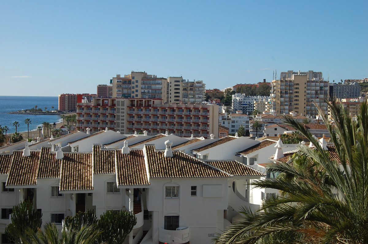 This 1 bedroom apartment in the prestigious urbanization Benal Beach counts with all amenities for e, Spain