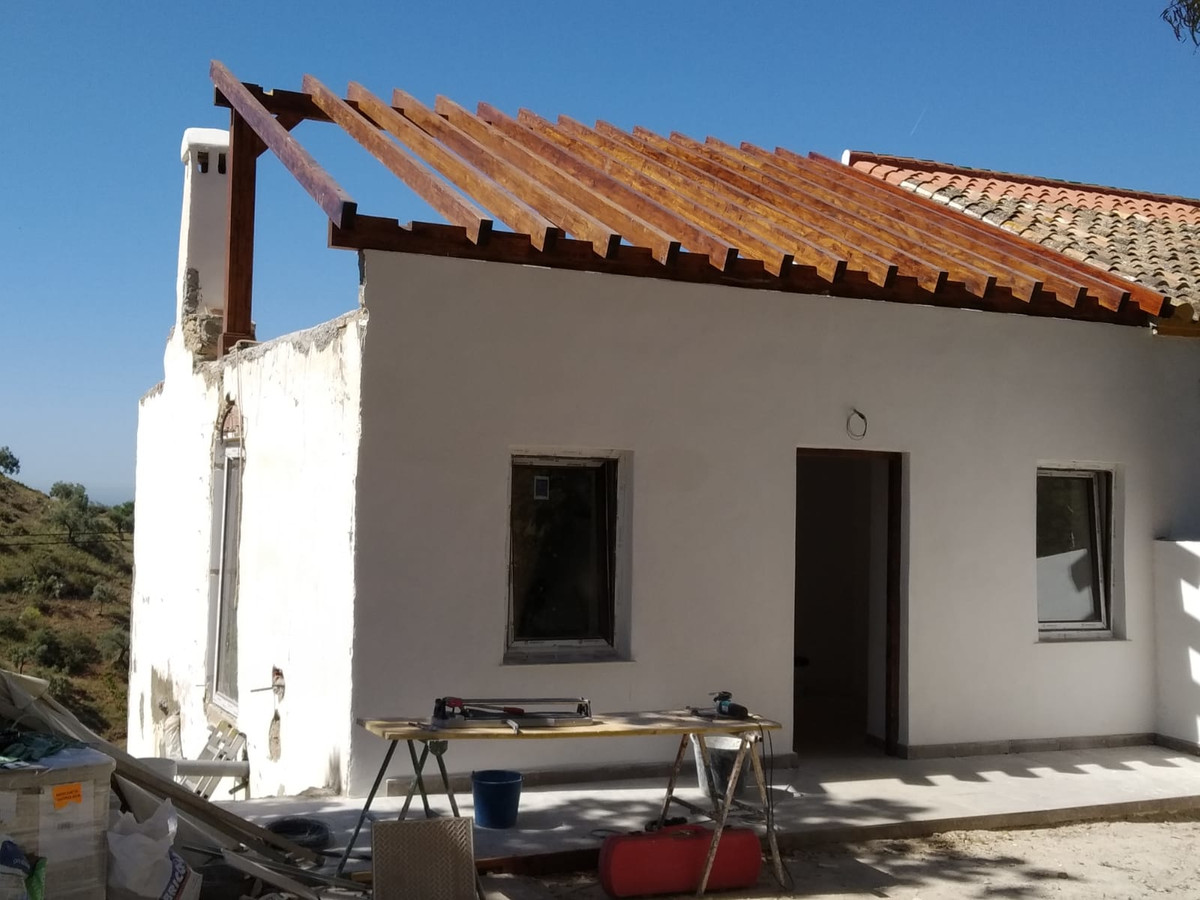 A country house with great charm in an idyllic location only 16 minutes from Malaga centre. With vie,Spain