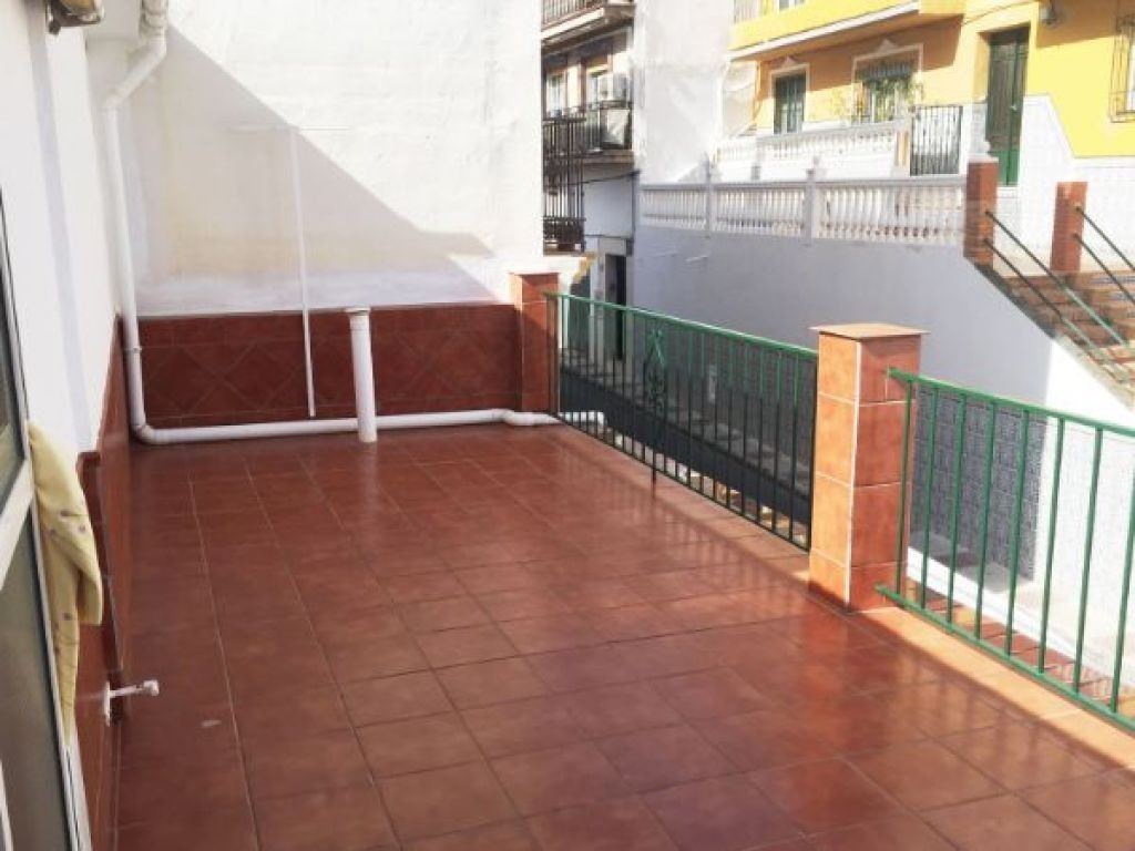 Townhouse in the center of Arroyo de la Miel with two floors and the possibility of making a third. It is distributed as follows: on the ground floor is the living room, kitchen furnished and equipped, 3 bedrooms (one double) and 1 bathroom with shower, patio with staircase + pantry. On the upper floor there are 2 more bedrooms, 50 m2 terrace, half covered and the other half uncovered. All services at hand, without having to use a vehicle, supermarkets, banks, restaurants and leisure areas. In compliance with the decree of the Junta de Andalucía 218-2005 of October 11, clients are informed that the notary, registry and ITP expenses are not included in the price.