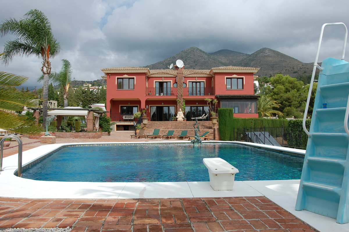 This Fantastic Villa lying on a 6.500 sq.mts plot with beautiful sea views, self contained apartment, Spain