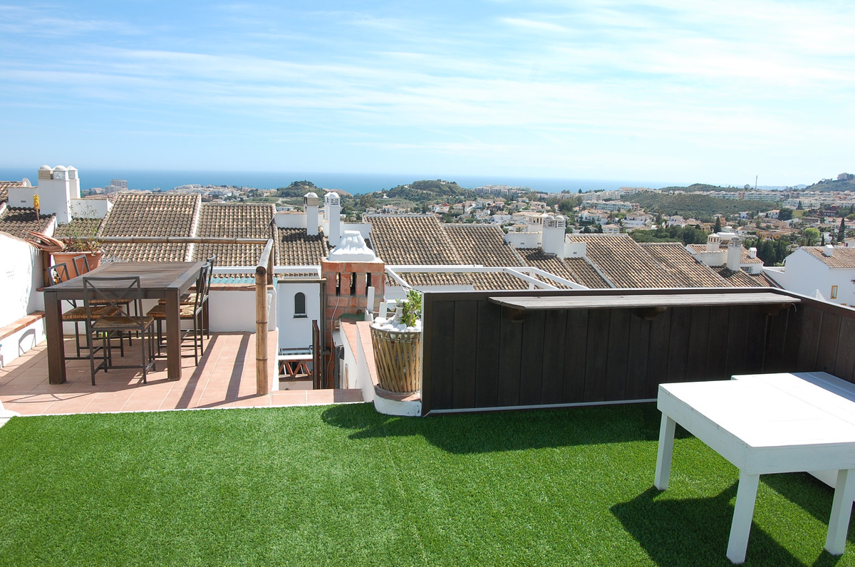 Excellent price for this cosy 5 bedroom chalet, 310 sq.mts. built in 3 floors with solarium and priv,Spain