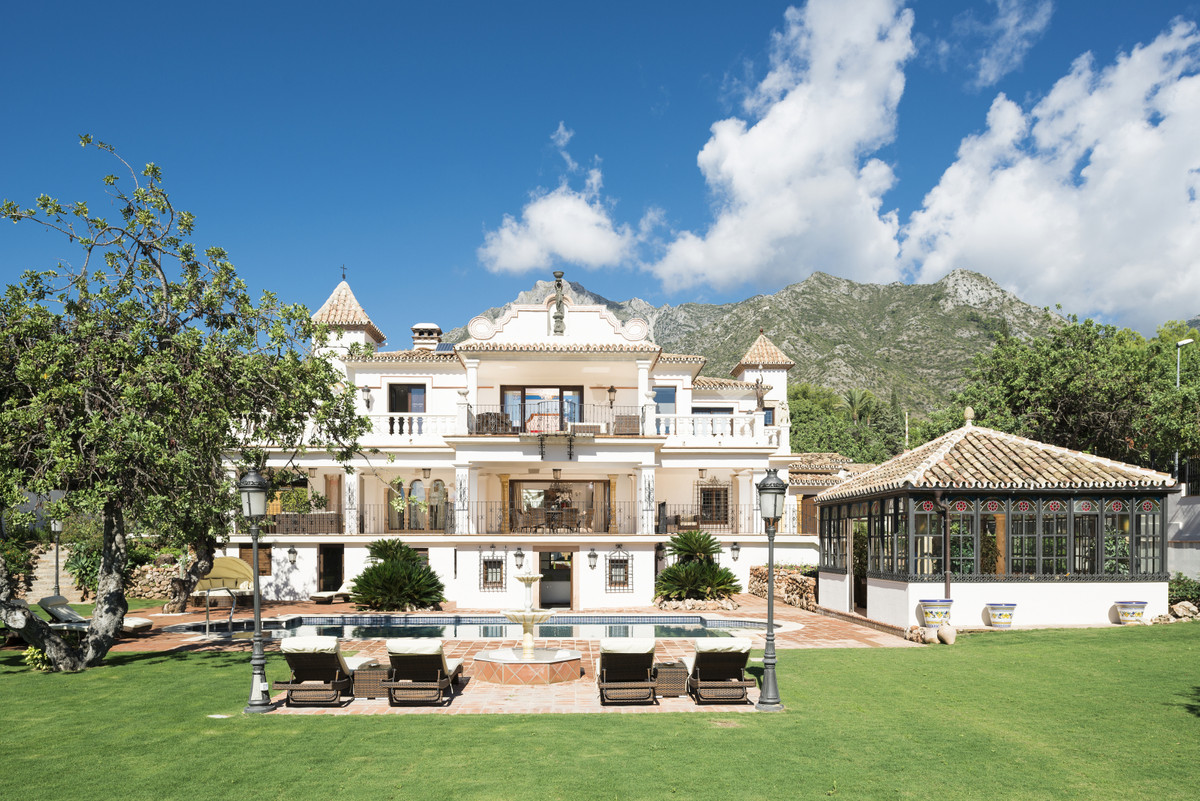 12 Bed Villa For Sale in Sierra Blanca