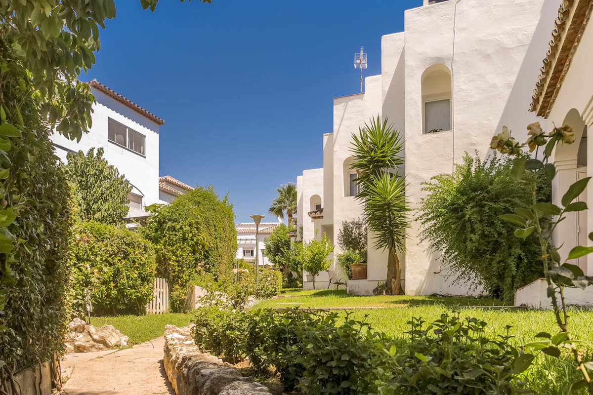 Beautiful townhouse near Laguna Village in the area of ??El Padron. This house has 4 bedrooms, 3 bat,Spain