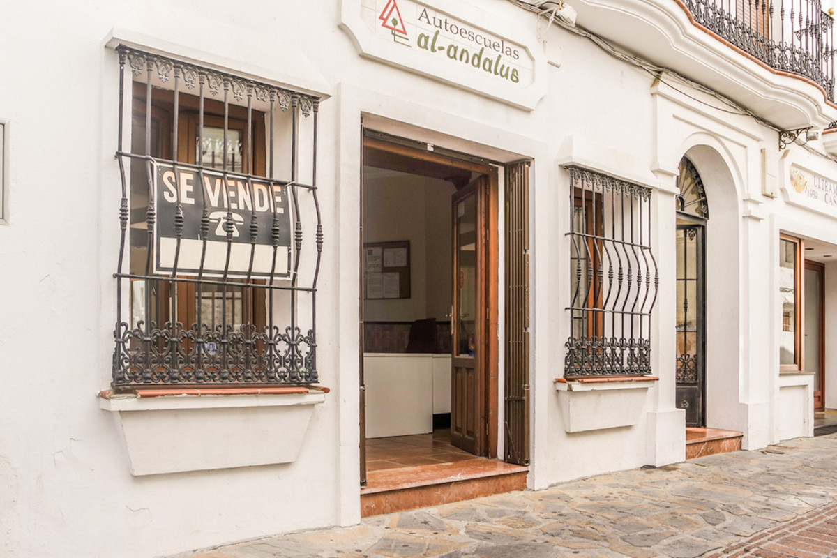Large office / house for sale in the heart of the old town of Casares. An office of 80m2 completely ,Spain