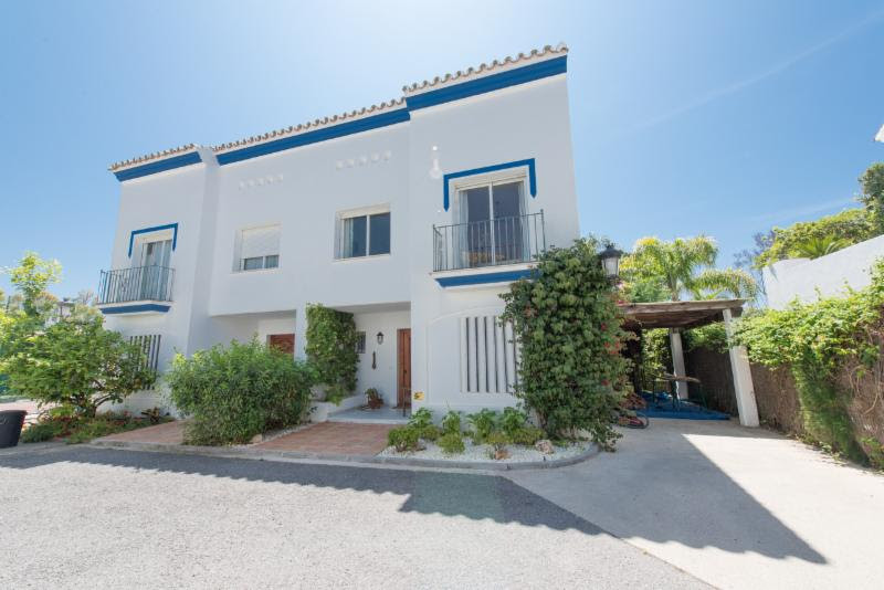 Comfortable 4 bedroom 3.5 bathroom villa perfected located for family holidays. This stylish semi-de,Spain