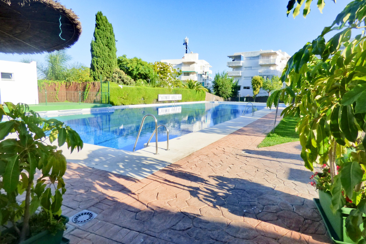 Flat with 3 bedrooms, 1 full bathroom, separate kitchen and 2 terraces. The community has swimming p,Spain