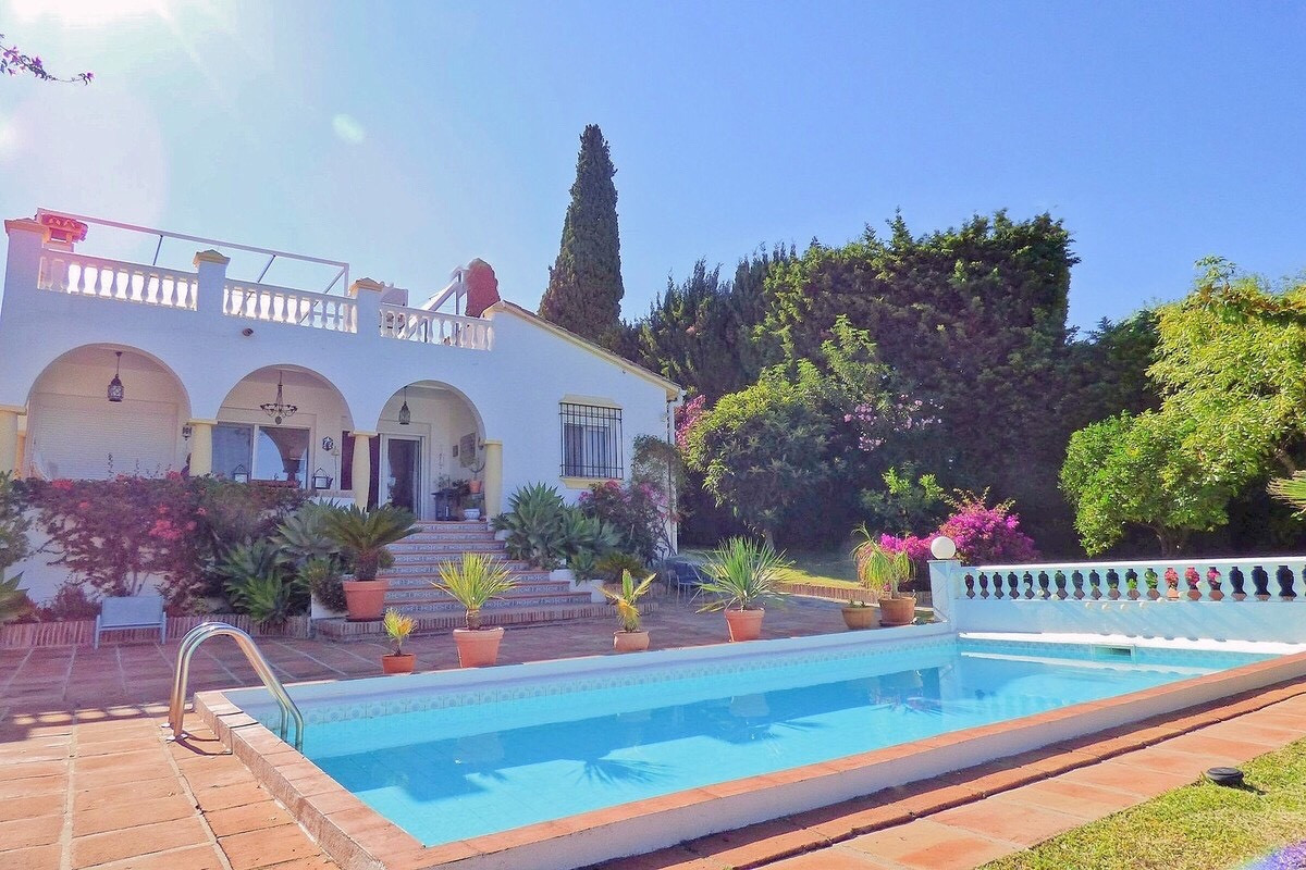 Cozy villa in residential area, very close to Puerto Banus and with magnificent sea and mountain vie,Spain