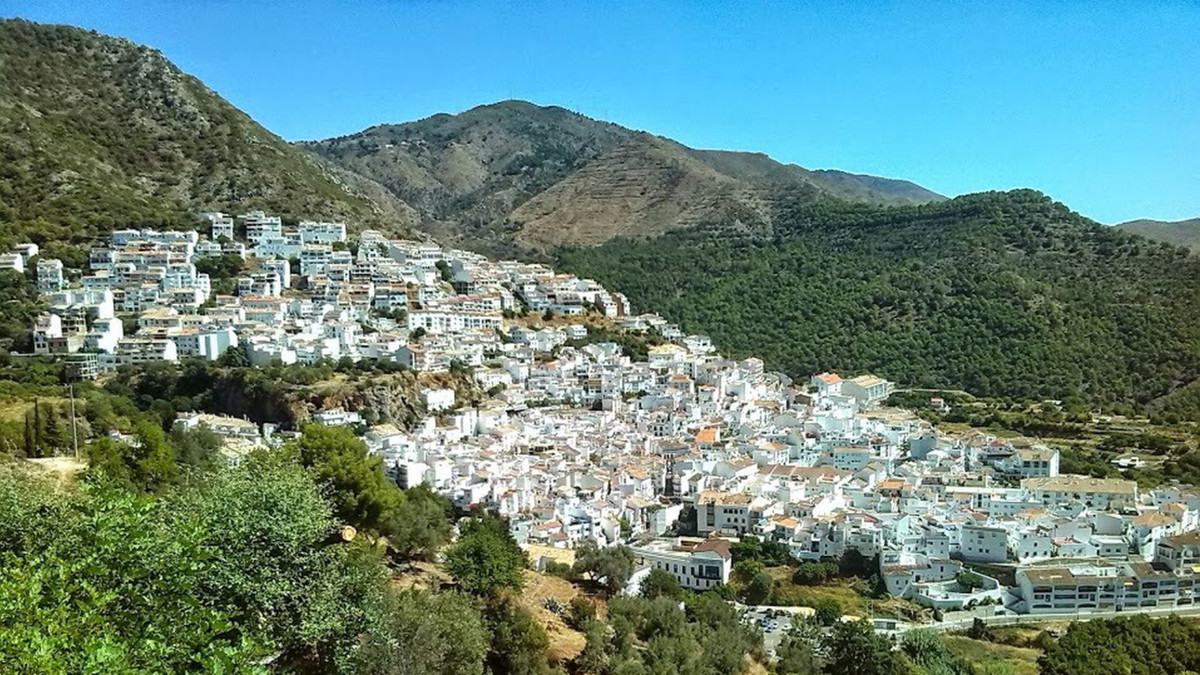 The property is located about 3.5 km from the city of Ojen, that is, about 12 km from Marbella. The ,Spain