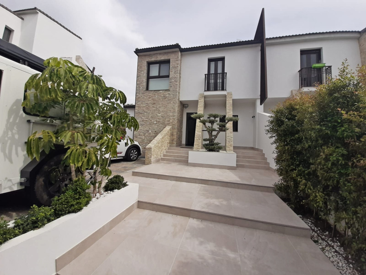 Detached Villa, Estepona, Costa del Sol. 7 Bedrooms, 5 Bathrooms, Built 337 m², Terrace 20 m², Garde,Spain