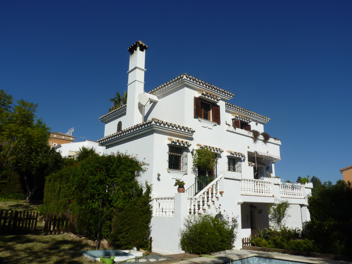 IMPORTANT!!! FROM THE PHOTO Nº26 YOU CAN SEE HOW A REFORM WOULD BE.  Magnificent villa in Estepona o,Spain