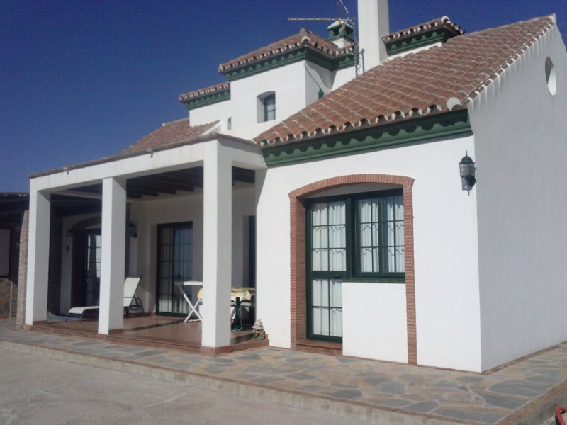 Chalet located in the path of the Royals (Estepona ) to two or three miles of the city. It has spect, Spain