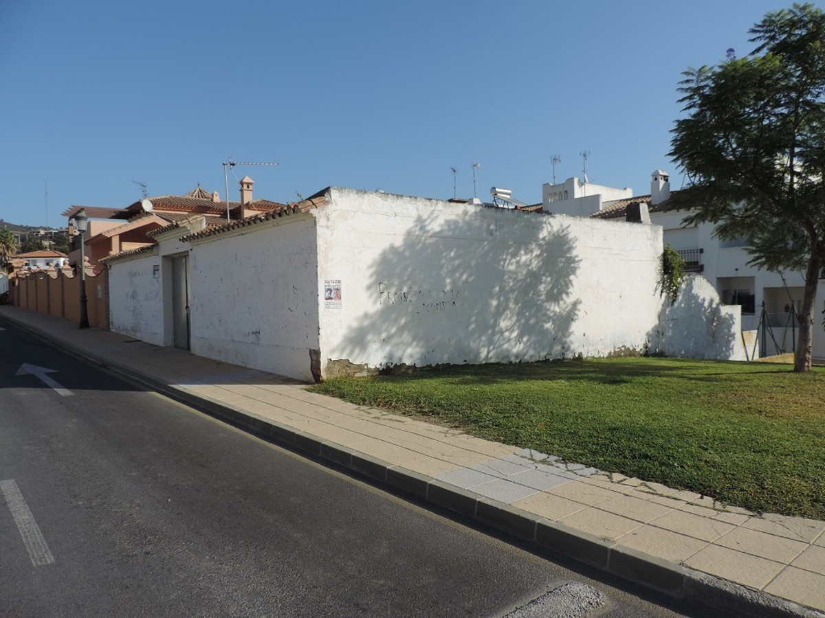 Residential Plot, Close to all services  .  Setting : Town, Close To Shops. Orientation : East, West, Spain