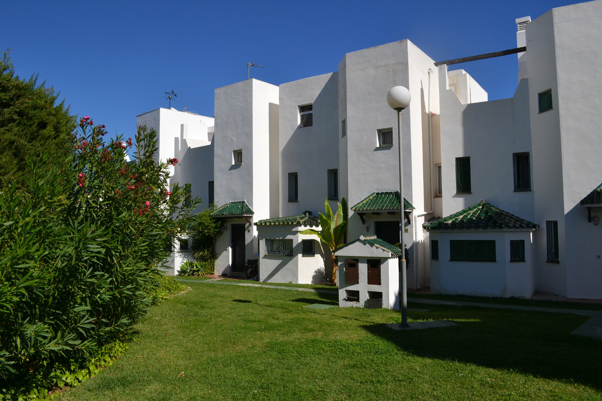 Townhouse, Selwo, Costa del Sol. 2 Bedrooms, 2.5 Bathrooms, 1 Office, Built 140 m², Terrace 15 m², G, Spain