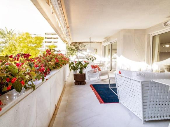 The apartment has been recently renovated to an extremely high standard with luxury finished through,Spain