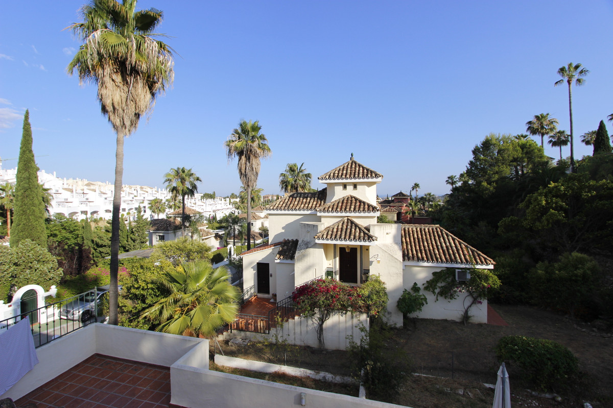 Detached Villa, Nueva Andalucia, Costa del Sol. 5 Bedrooms, 4 Bathrooms, Built 220 m², Terrace 100 m, Spain