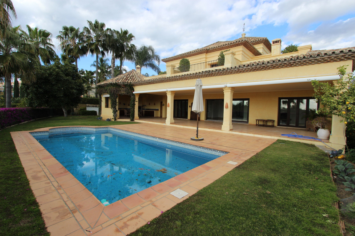 Detached Villa, Nueva Andalucia, Costa del Sol. 4 Bedrooms, 4 Bathrooms, Built 600 m², Garden/Plot 1, Spain