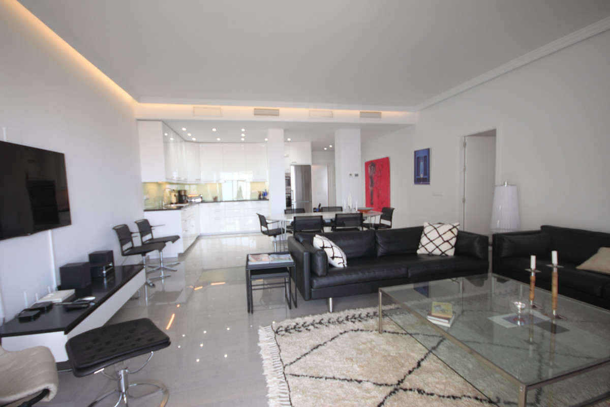 Middle Floor Apartment, Nueva Andalucia, Costa del Sol. 3 Bedrooms, 3 Bathrooms, Built 134 m², Terra, Spain