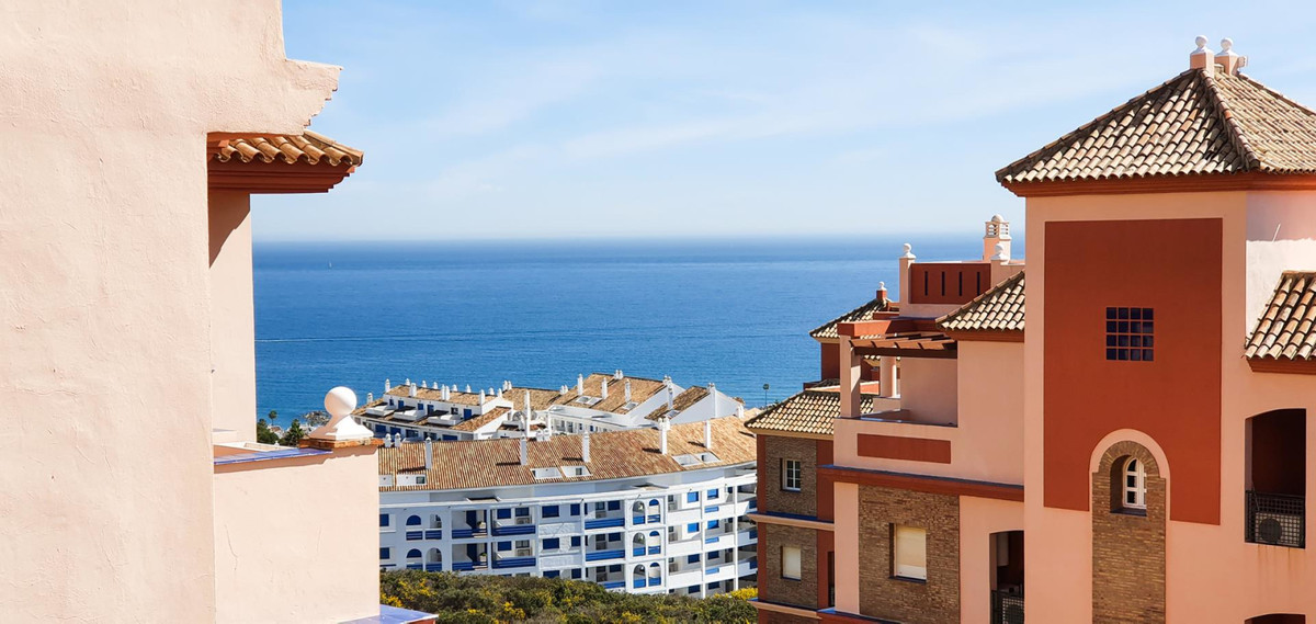 *** Reduced price! *** Before € 180,000 *** Now € 160,000 *** Apartment with Sea Views in La Duquesa,Spain