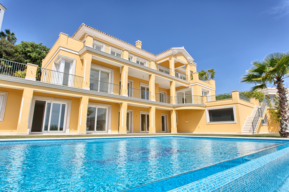 Main Photo of a 6 bedroom  Villa for sale