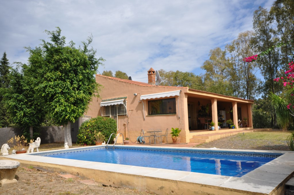 Horse and country lovers will find this attractive villa very appealing. Set in the lovely and quiet, Spain