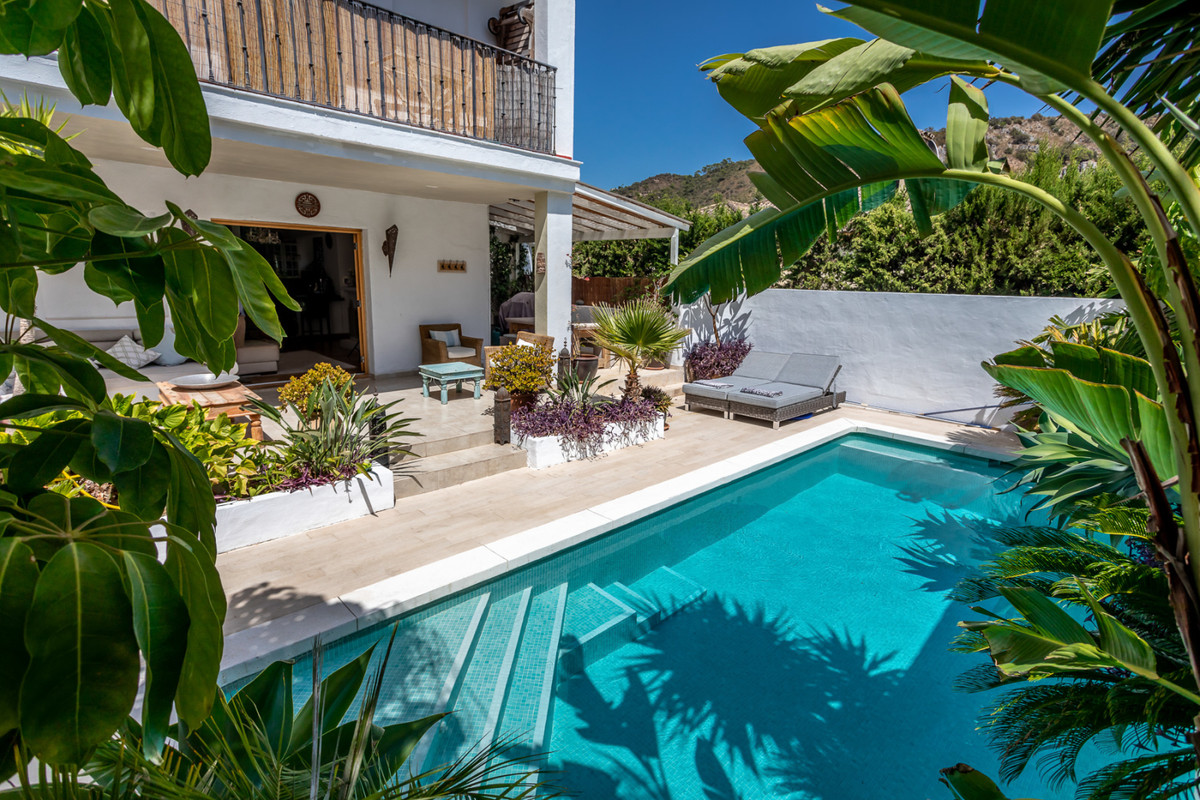 An impressive 4 bedroom semi detached house in the village of Benahavis which offers many attractive, Spain