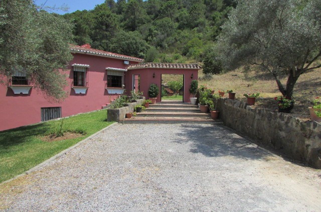 Situated within walking distance just outside the pretty village of Benahavis, this Cortijo style Vi,Spain