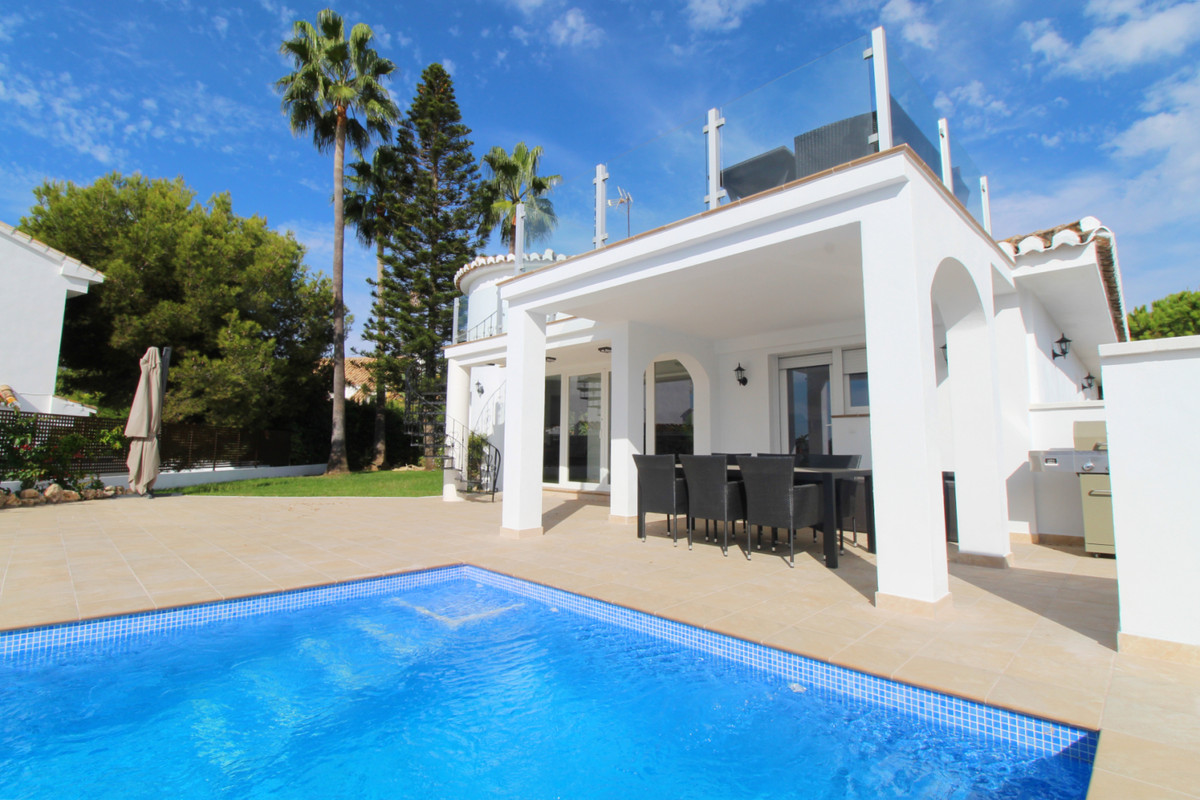 Fully renovated villa superbly located in the lower part of Riviera del Sol, within short walk to th, Spain
