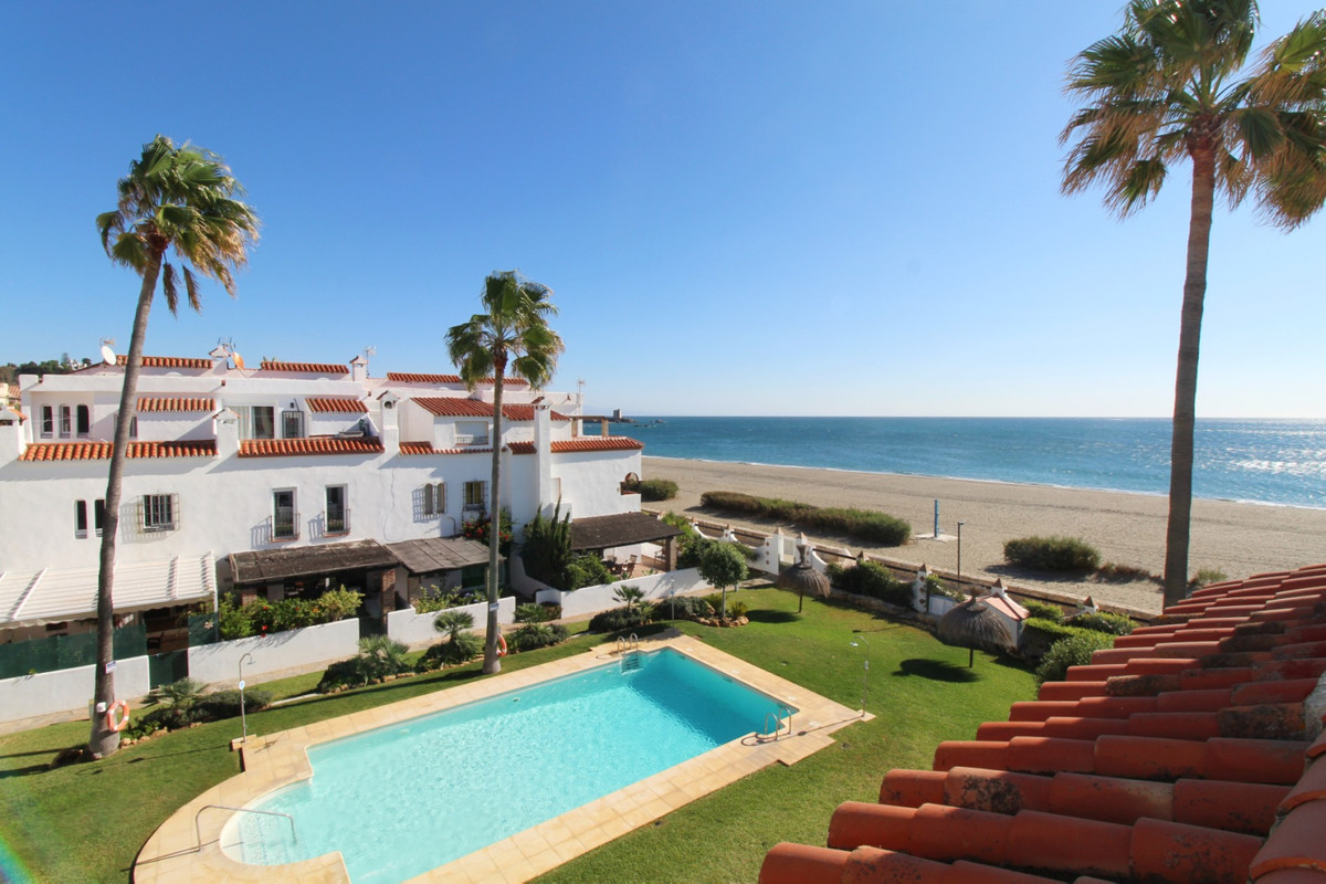 This is a spacious townhouse superbly located in a front-line beach complex in Marina de Casares, st,Spain