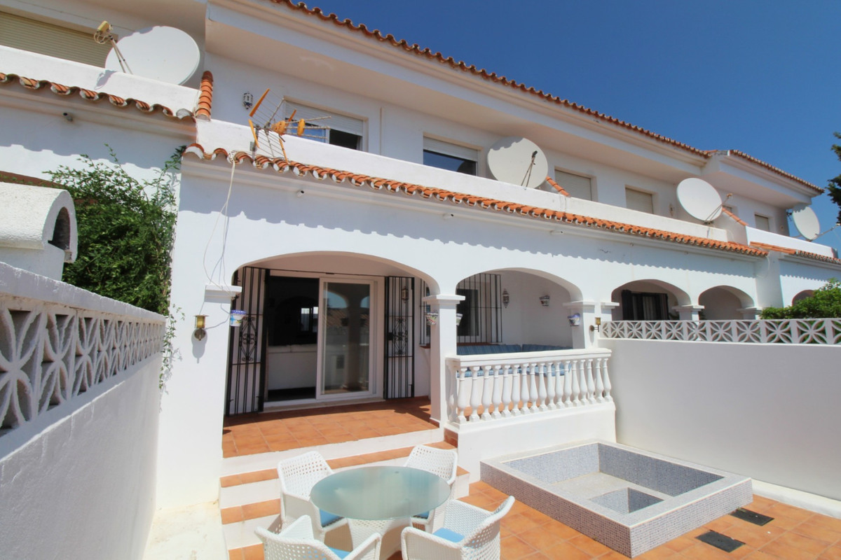 This is a fully renovated townhouse located in hacienda Guadalupe, few minutes away the well know Pu, Spain