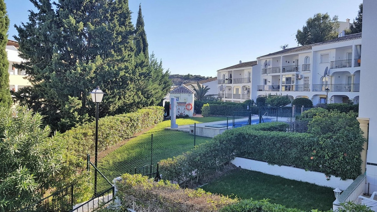 Welcome to this beautiful apartment in a private urbanization perfectly situated at just 300m from t,Spain