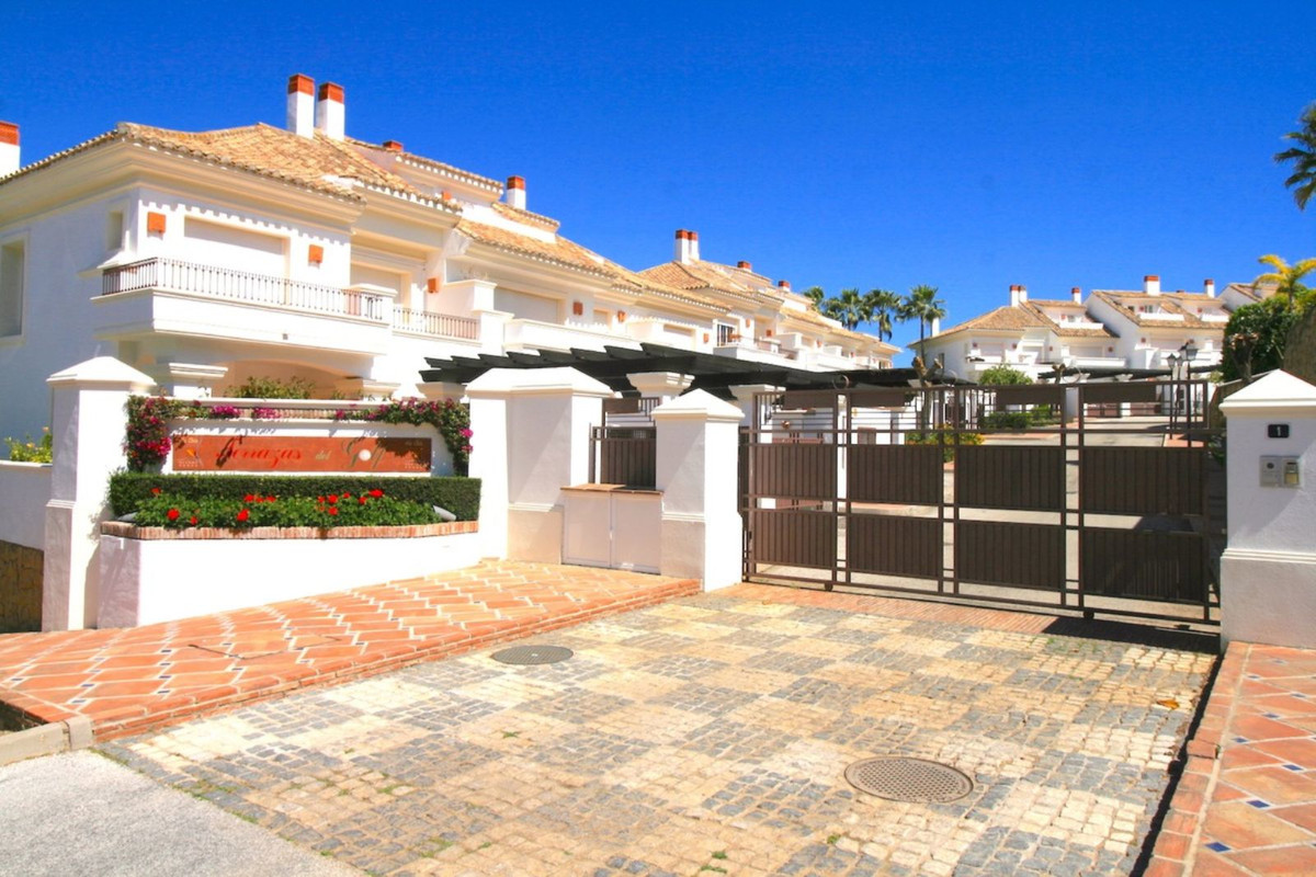 This is a lovely townhouse situated front-line golf in a privileged location within walking distance,Spain