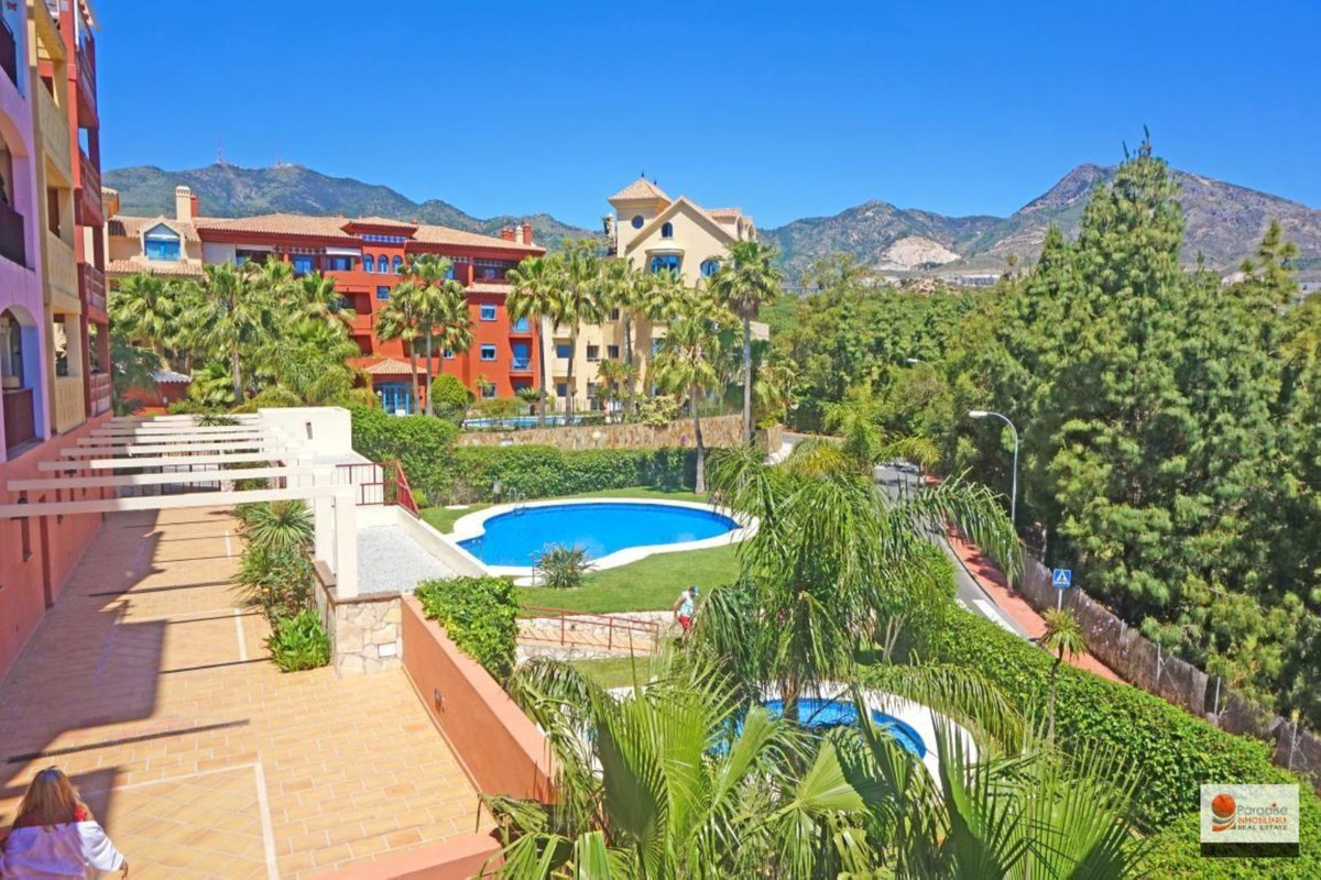 Welcome to this middle floor corner apartment nicely located frontline Torrequebrada Golf, in Benalm, Spain