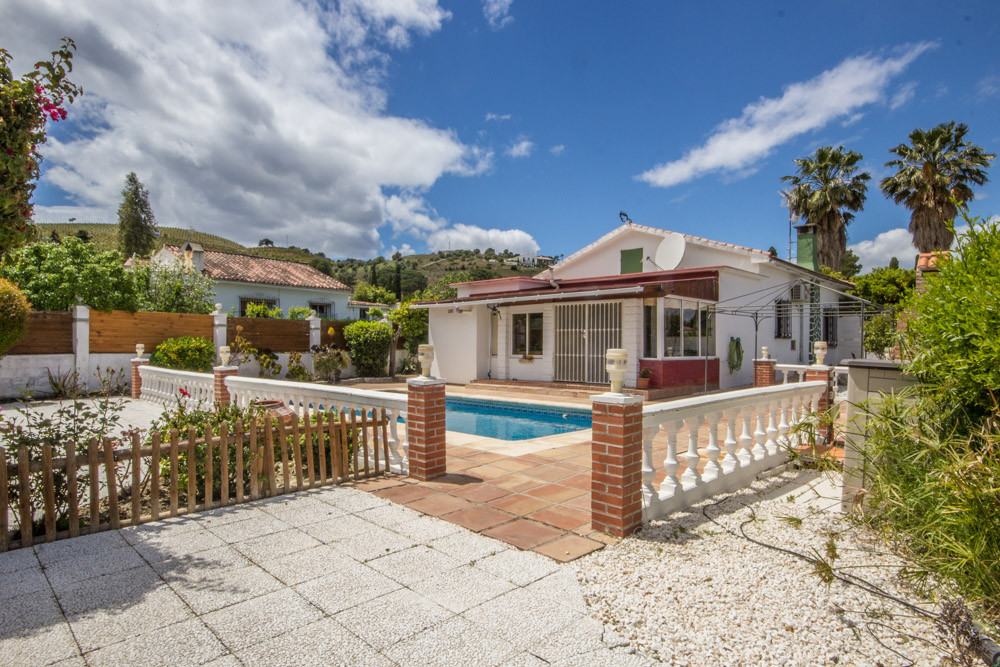 Charming villa, on a flat plot, in the well settled community Miralmonte only a few minutes drive to,Spain