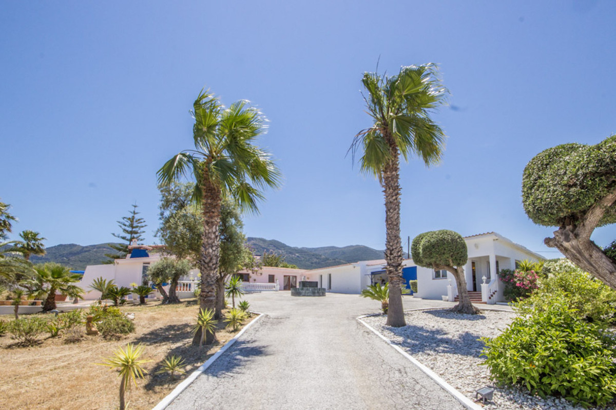Unique Californian style Villa Strategically situated close to the main road from Alhaurin el Grande,Spain