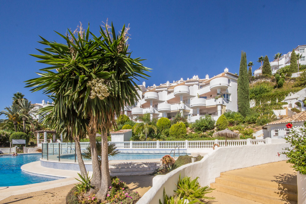 Lovely top floor apartment in El Puente 3 in upper Calahonda. The complex is located above famous Mi, Spain