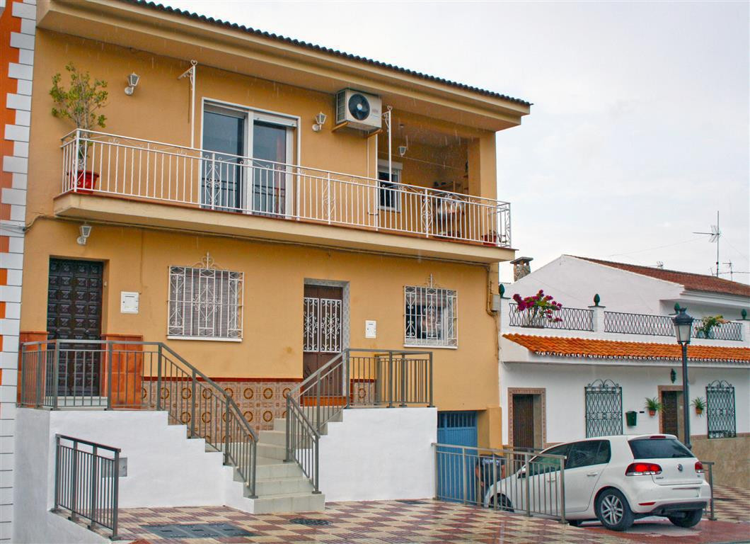 Very spacious townhouse really close to town centre and with lots of potential. The house has 2 good, Spain