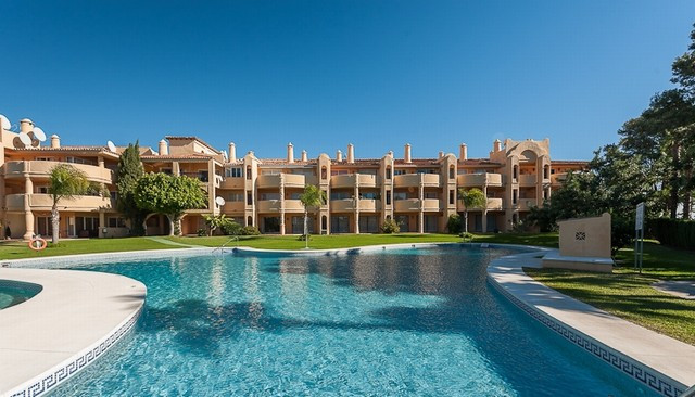 Originally listed for 220,000€ and recently reduced to 195,000€. This lovely penthouse lies on a gat,Spain