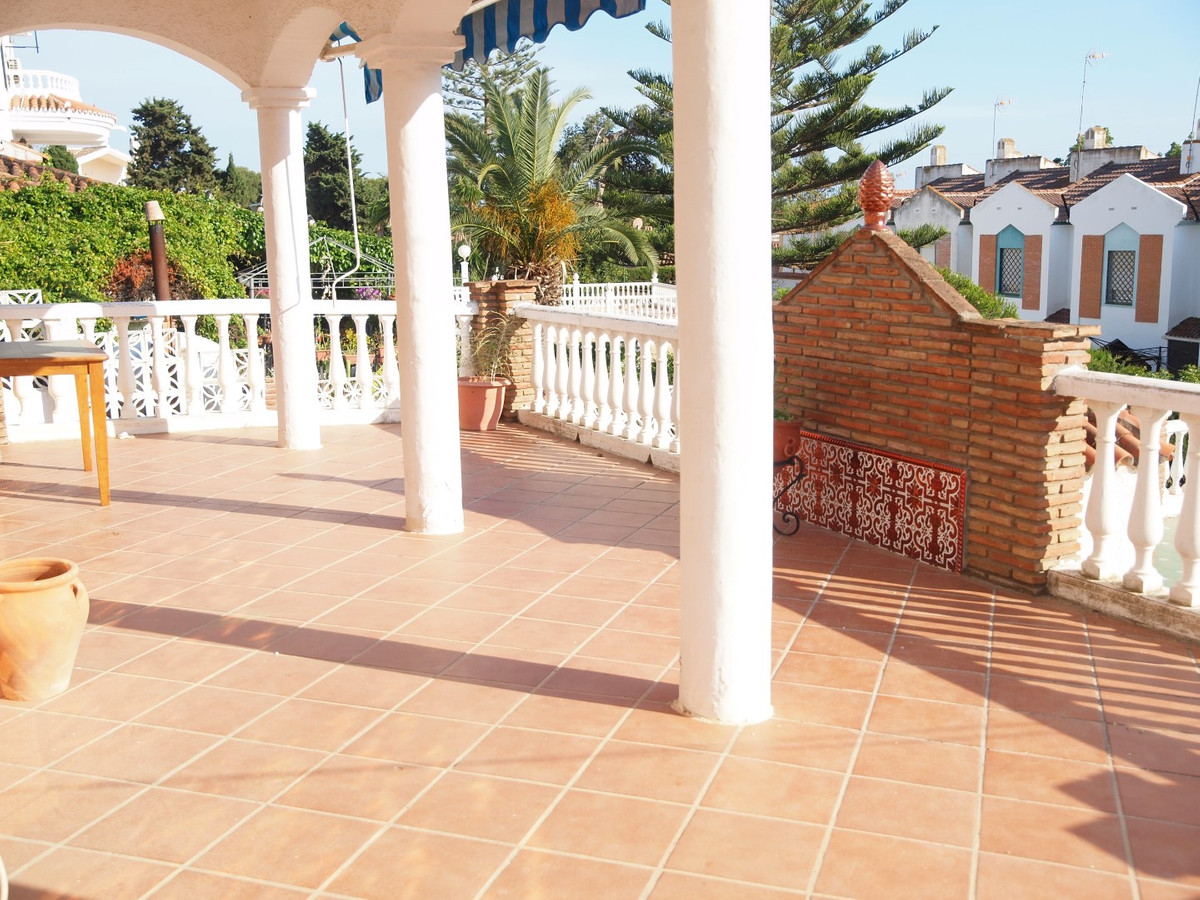 Opportunity! Just 300 metres from the beach with 800 meters of plot.  The main House has three bedro, Spain