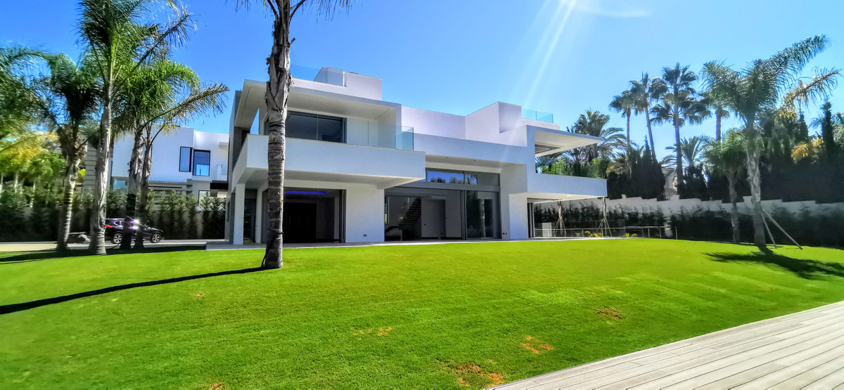 Contemporary Villa 2.150m2 plot. 5 bedroom, 5 bathroom + 1 staff bedroom Luxurious villa built to th, Spain