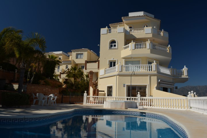 EXCLUSIVITY. LUXURY APARTMENT WITH AMAZING SEA AND MOUNTAIN VIEW. ONLY 800M FROM THE SEA This 2 bedr,Spain