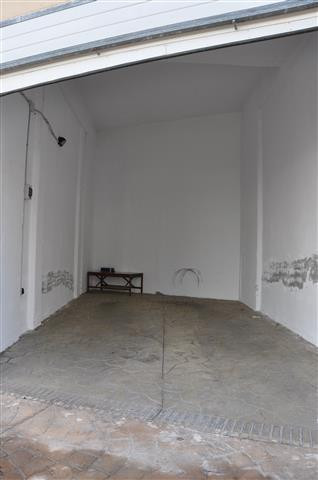 Completely independent garage for sale with automatic door. Quite high ceiling where you can make a ,Spain