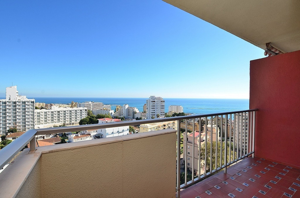 TOP FLOOR APARTMENT WITH AMAZING SEA VIEWS located in the famous ??Parque de la Paloma area (Benalma, Spain