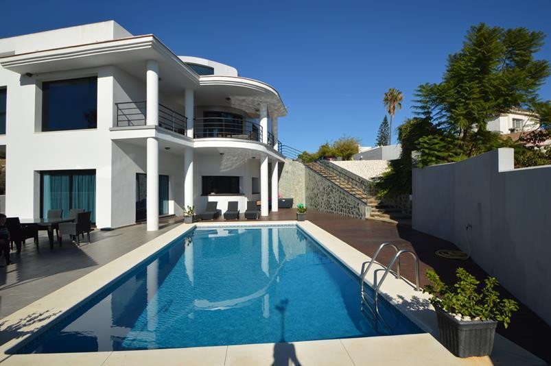 **************************  MODERN VILLA SITUATED WITHIN WALKING DISTANCE TO THE BEACH IN THE AREA O,Spain