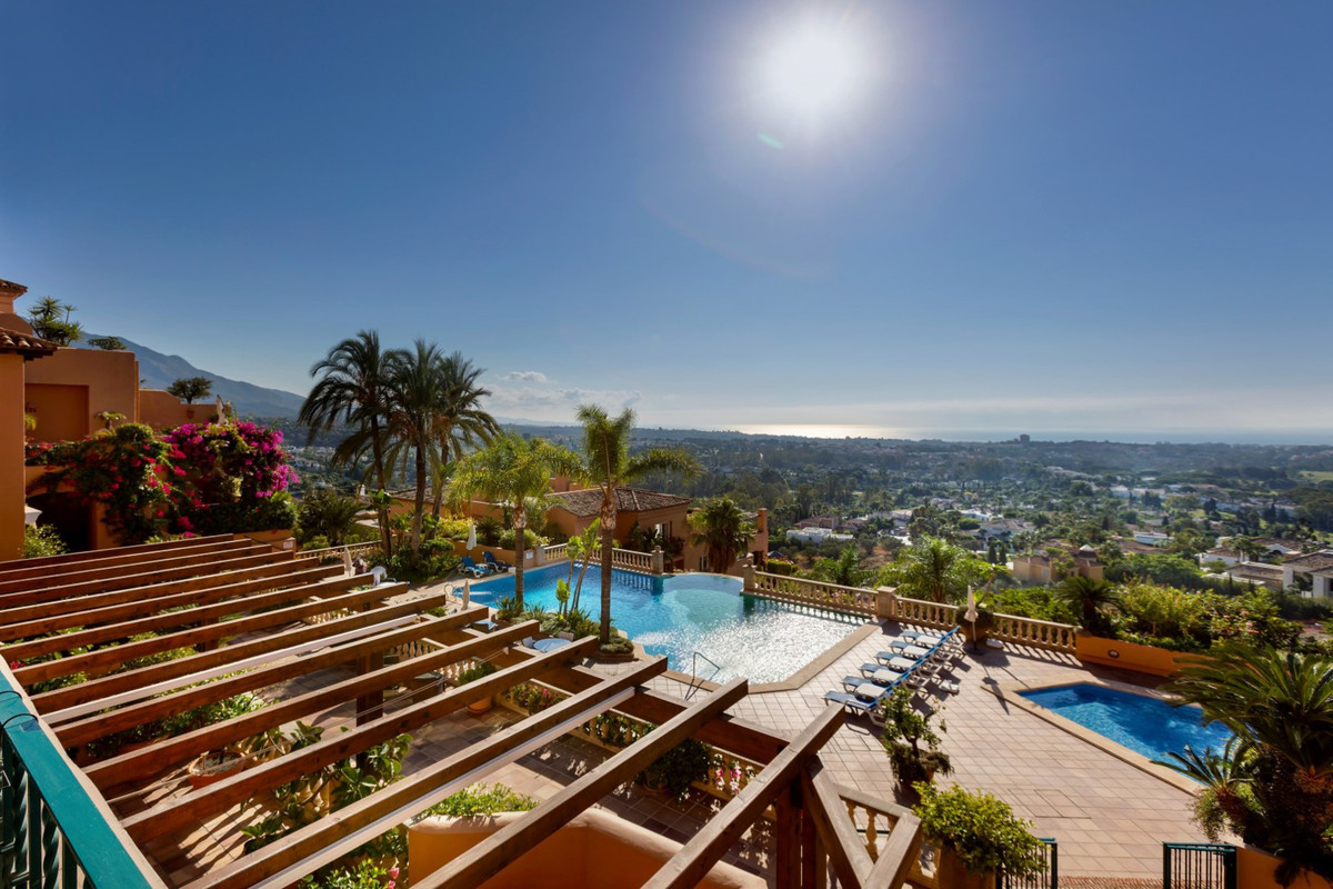 Duplex apartment on two floors,spectacular uninterrupted views to the sea and Golf Valley. Recently ,Spain