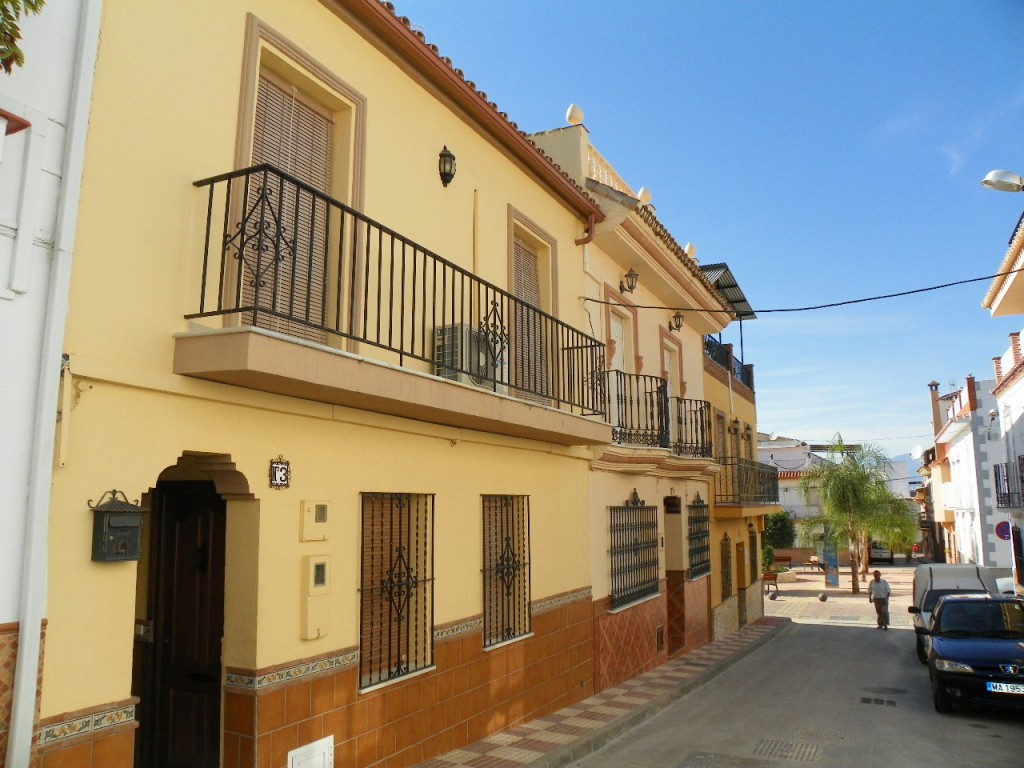 Fabulous townhouse located very near the center of the town of Alhaurin el Grande. The property is d, Spain
